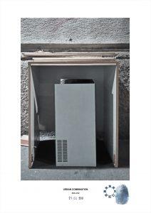 Arte contemporanea con installazioni casuali dell'artista Maurizio Di Feo. Combinazione urbana con caldaia a gas, Milano.