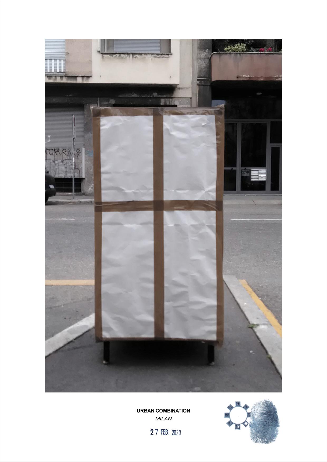 Arte contemporanea con installazioni casuali dell'artista Maurizio Di Feo. Combinazione urbana con mobiletto Milano.