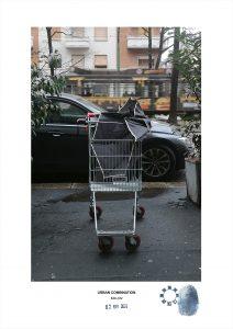 Combinazione urbana dell'artista contemporaneo Maurizio Di Feo. Combinazione urbana Street art con installazione casuale. Carrello della spesa con ombrello un giorno di pioggia a Milano.