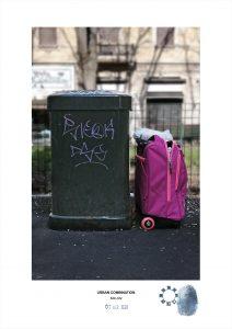 Arte contemporanea Maurizio Di Feo. Combinazione urbana, Milano. Zaino rosa trolley e cassonetto di immondizia verde.