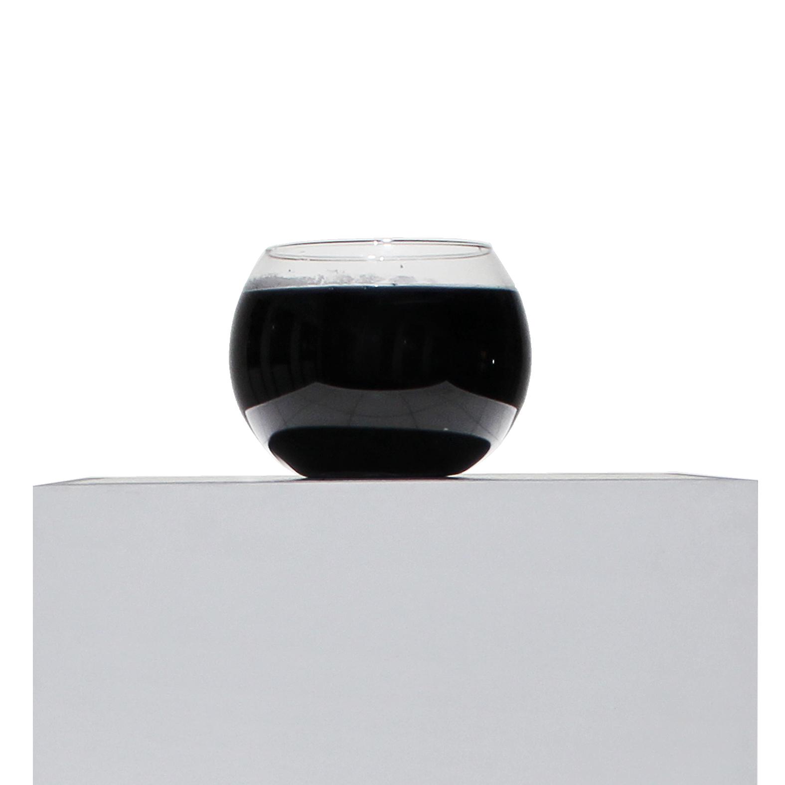 Arte contemporanea Maurizio Di Feo. Installazione con tre ampolle di vetro ed inchiostro. Tre pesci rossi